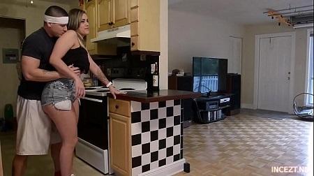 سكس اخ يتجسس على اخته فى المطبخ