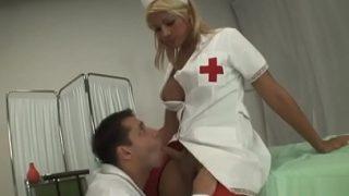 نيك في المستشفى طبيب ينيك طيز ممرضة شيميل سمراء مثيرة