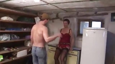 افلام سكس فرنسي الام تقوم باغراء الابن ثم قام بفشخ كس امه