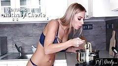 سكس نيك كس احمر يزنق اخت مراته في المطبخ يمتع كسها الهايج نيك قوي